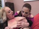 Les granny in stockings licks amateurs pussy