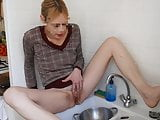 SLUT WASHING THE DISHES WITH HER PEE