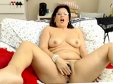 Horny mature toys her big pussy on webcam
